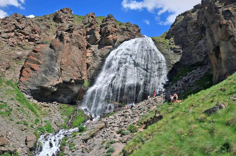105-prielbrusie-vodopad-devichii-kosy[1]